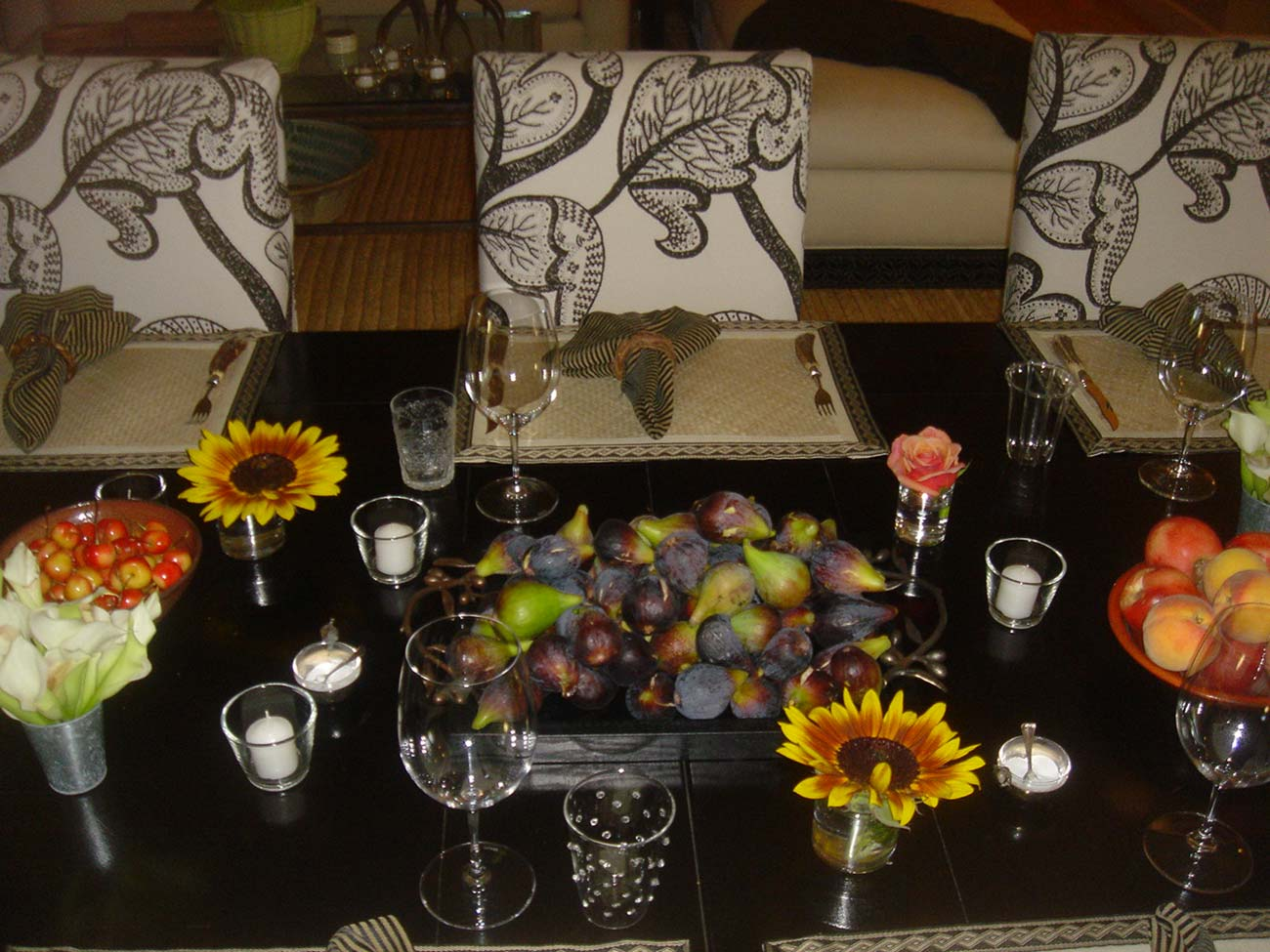 Tabletop design with a big bowl of figs, wild flowers and crystal